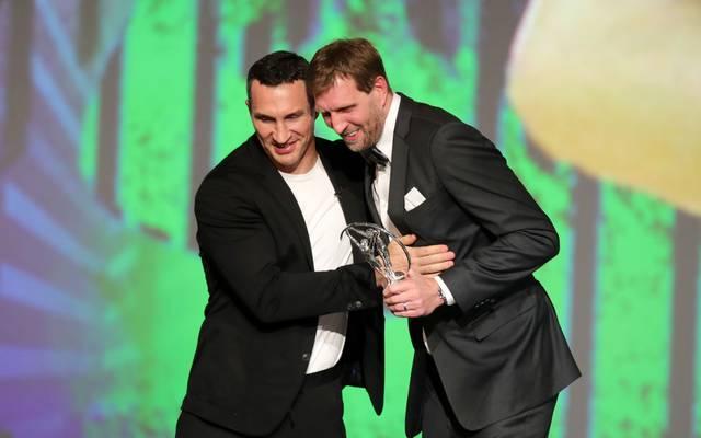 Wladimir Klitschko (l.) überreichte Dirk Nowitzki den Laureus Award für sein Lebenswerk