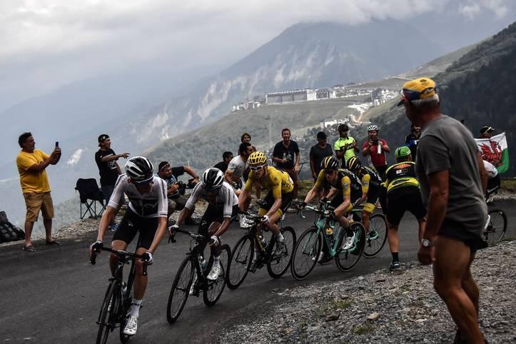 Der Kampf um das Gelbe Trikot bei der Tour de France geht in die heiße Phase. Insbesondere die 19. Etappe am Freitag könnte noch einmal für Bewegung im Klassement sorgen. 200 Kilometer durch das Hochgebirge der Pyrenäen - und das nach fast drei Wochen harter Tour in den Beinen. Dabei müssen die Fahrer gleich fünf Anstiege bewältigen