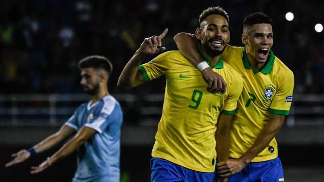 Matheus Cunha (Nummer neun) bejubelt seinen Treffer für die brasilianische U23