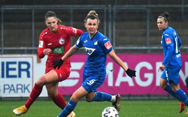 Lena Lattwein (M.) läuft künftig für den VfL Wolfsburg auf