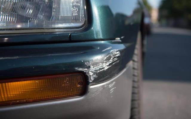 Wenn es beim Ausparken aus der Parklücke gekracht hat, sollte Autofahrer immer die Polizeo rufen