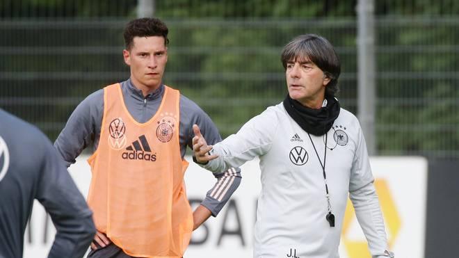 Julian Draxler (l.) kann sich des Vertrauens von Bundestrainer Joachim Löw sicher sein