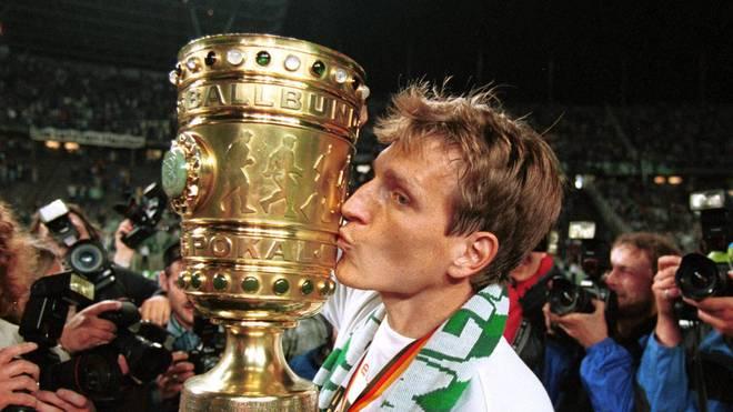 Andreas Herzog mit dem DFB-Pokal 1999, den er mit Werder Bremen nach 1994 zum 2. Mal gewann