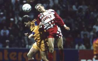 Das Bild ist etwas unscharf, doch der linke Herr ist Guardiola beim Gastspiel des FC Barcelona in Kaiserslautern im Landesmeisterpokal 1991. Barca verliert am Betzenberg mit 1:3, kommt aber aufgrund des 2:0 im Hinspiel in die nächste Runde. Allerdings ers