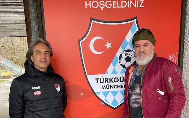 Türkgücü-Trainer Serdar Dayat traf sich mit SPORT1-Reporter Reinhard Franke (r.) zum ersten Interview