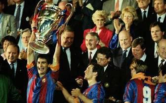 Am Ende gewinnt Barcelona den Wettbewerb und der damals 21-Jährige darf den Pokal der Landesmeister erstmals in die Höhe recken