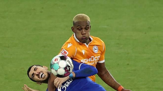 Sergio Cordova von Arminia Bielefeld (hinten, hier gegen Schalkes Nassim Boujellab) hat auch die Haare schön