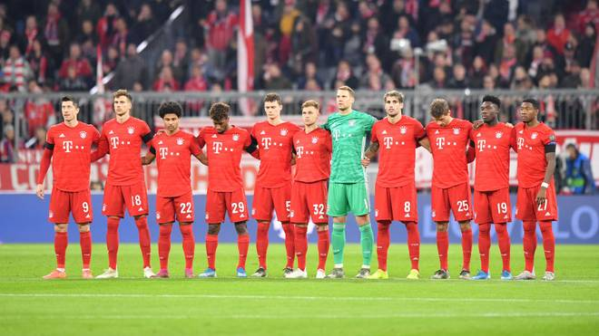 MUNICH, GERMANY - NOVEMBER 06: Members of the Bayern Muenchen team observe a minutes silence prior to the UEFA Champions League group B match between Bayern Muenchen and Olympiacos FC at Allianz Arena on November 06, 2019 in Munich, Germany. (Photo by Sebastian Widmann/Bongarts/Getty Images )