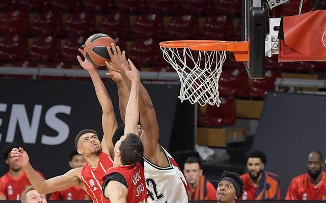 Die Basketballer des FC Bayern München besiegten in der EuroLeague Armani Mailand - und verhinderten damit das Playoffs-Aus