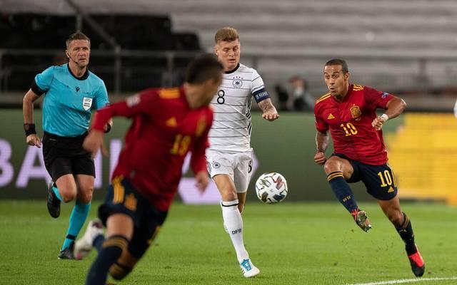 Thiago (r.) spielte mit Stürmer Rodrigo (vorne) zuletzt 1:1 gegen Deutschland