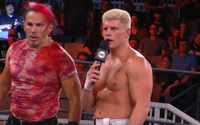 Cody Rhodes (r., mit Matt Hardy) regiert bei AEW als TNT-Champion