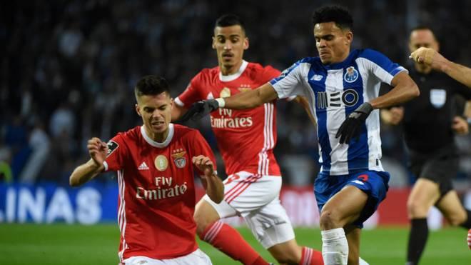 Julian Weigl (l.) unterlag mit Benfica Lissabon im Spitzenspiel dem FC Porto