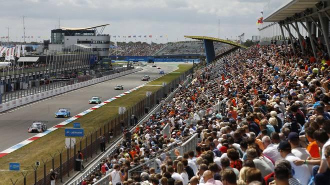 Die Tribüne in Assen (hier voll besetzt vor Corona) soll beim DTM-Rennen wieder für Zuschauer öffnen
