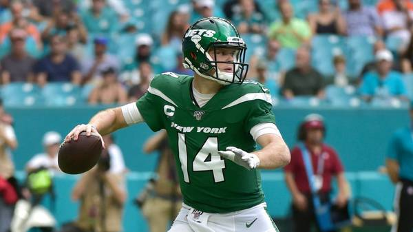 MIAMI, FL - NOVEMBER 03: Sam Darnold #14 of the New York Jets throws downfield during the first quarter against the Miami Dolphins at Hard Rock Stadium on November 3, 2019 in Miami, Florida. (Photo by Eric Espada/Getty Images)