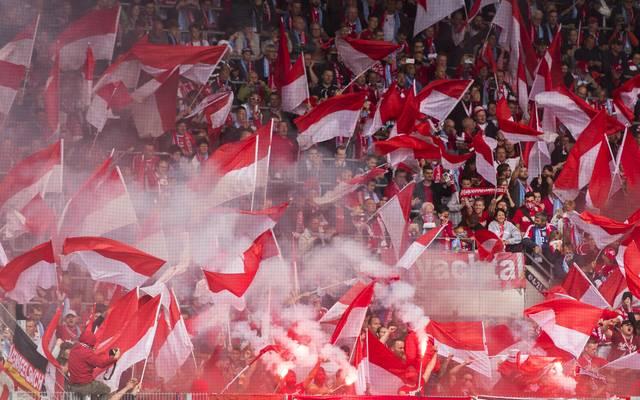 Fans des FC Bayern feuern ihr Team an