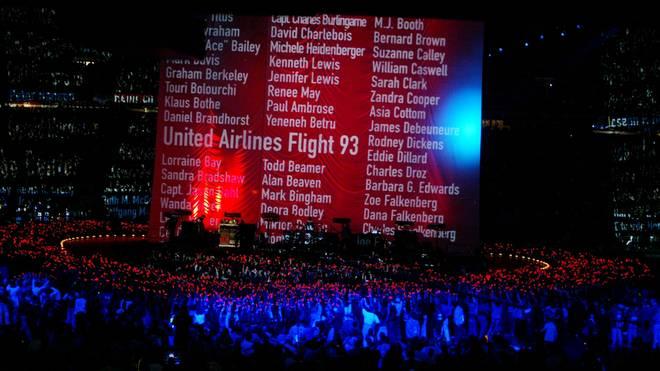Über eine Leinwand laufen die Namen aller Anschlagsopfer