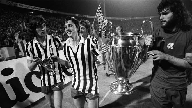 Amsterdams Johan Cruyff (M.) nach dem Gewinn des Europapokals der Landesmeister 1973