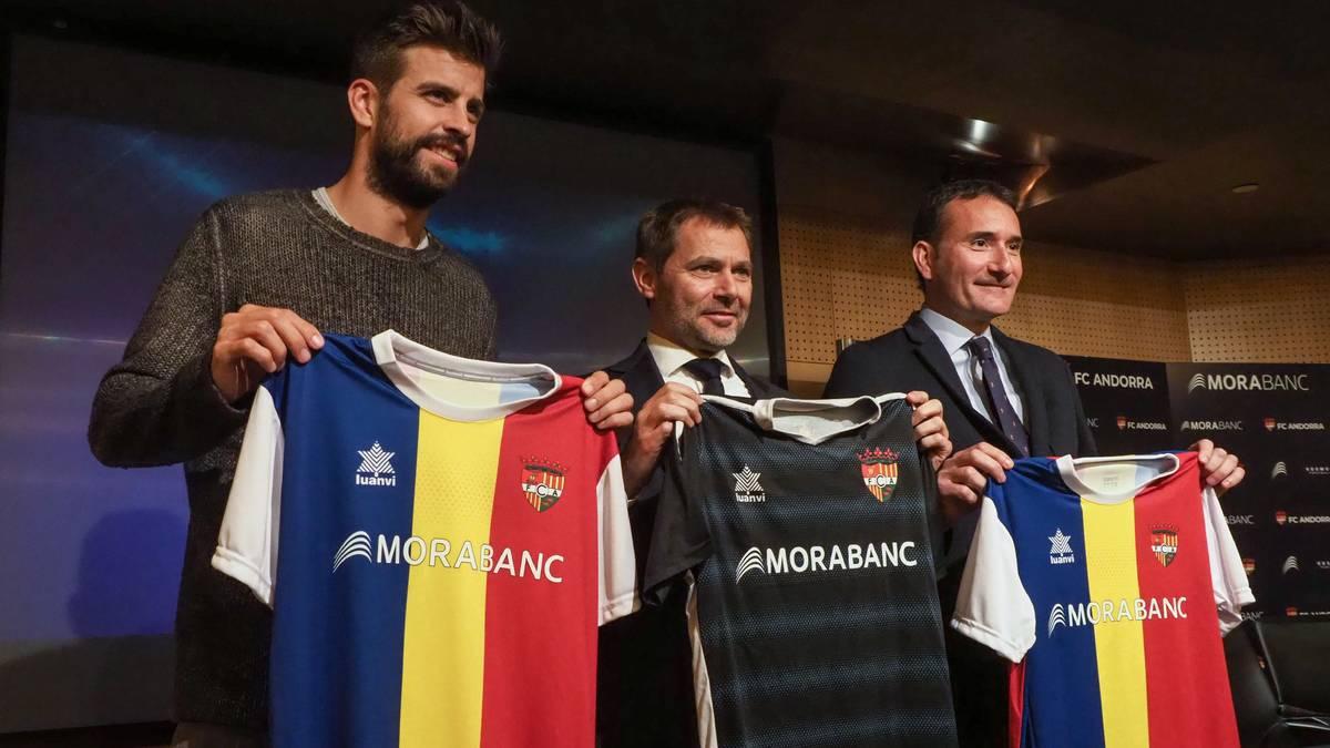 Der FC Andorra mit Präsident Gerard Piqué (l.) spielt künftig drittklassig
