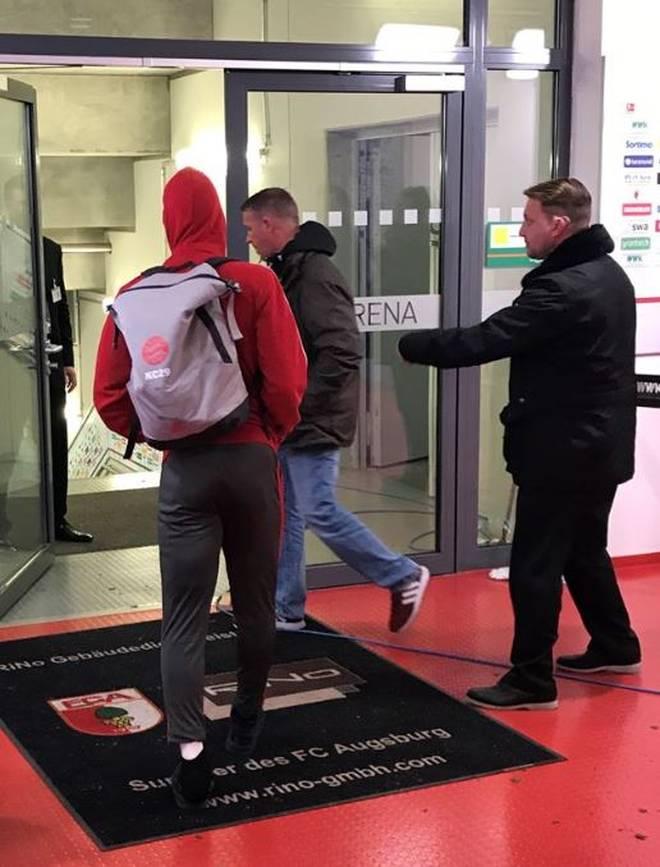 Kingsley Coman humpelt ohne Schuh und mit einbandagiertem Fuß durch die Katakomben in Augsburg