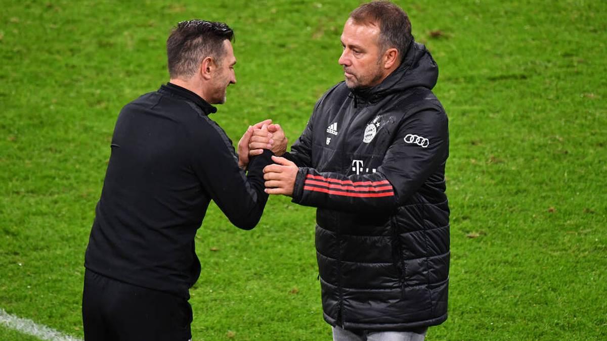 Düren-Trainer Giuseppe Brunetto (li.) erzählt eine Anekdote aus der Bayern-Kabine