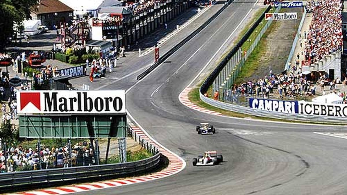 """Die Unterbringung ist 1991 wenig luxoriös. Schumacher: """"Die Geschichte, dass wir in einer Jugendherberge wohnten, ist bekannt. Ich habe mich auch etwas gewundert. Ich dachte, wir sind jetzt in der Formel 1, und das ist die Königsklasse. Willi (Weber, d. Red.) hat schon ein bisschen das Gesicht verzogen, als er die Zimmer sah"""""""