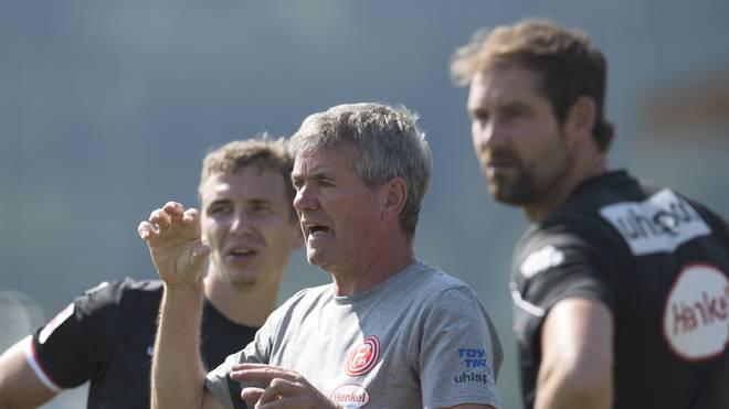 Friedhelm Funkel (M.) ist seit März 2016 als Trainer bei Fortuna Düsseldorf tätig