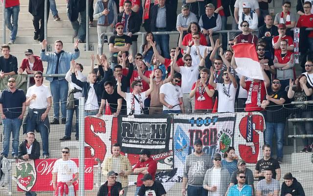 Anhänger von Wormatia Worms feiern ihr Team