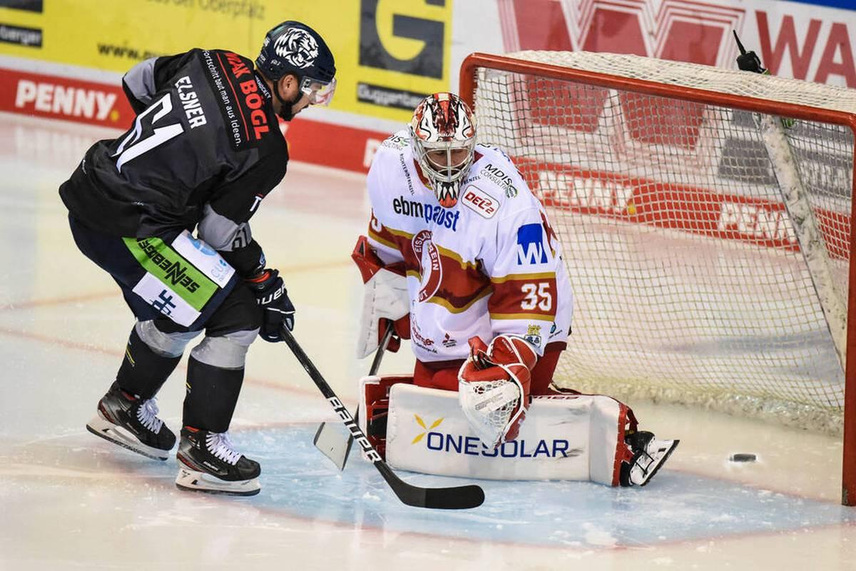 David Elsner wechselt vor dieser Saison von Ingolstadt nach Straubing. Für seinen Ex-Verein findet der Eishockey-Profi harte Worte. Im Spiel trifft er.