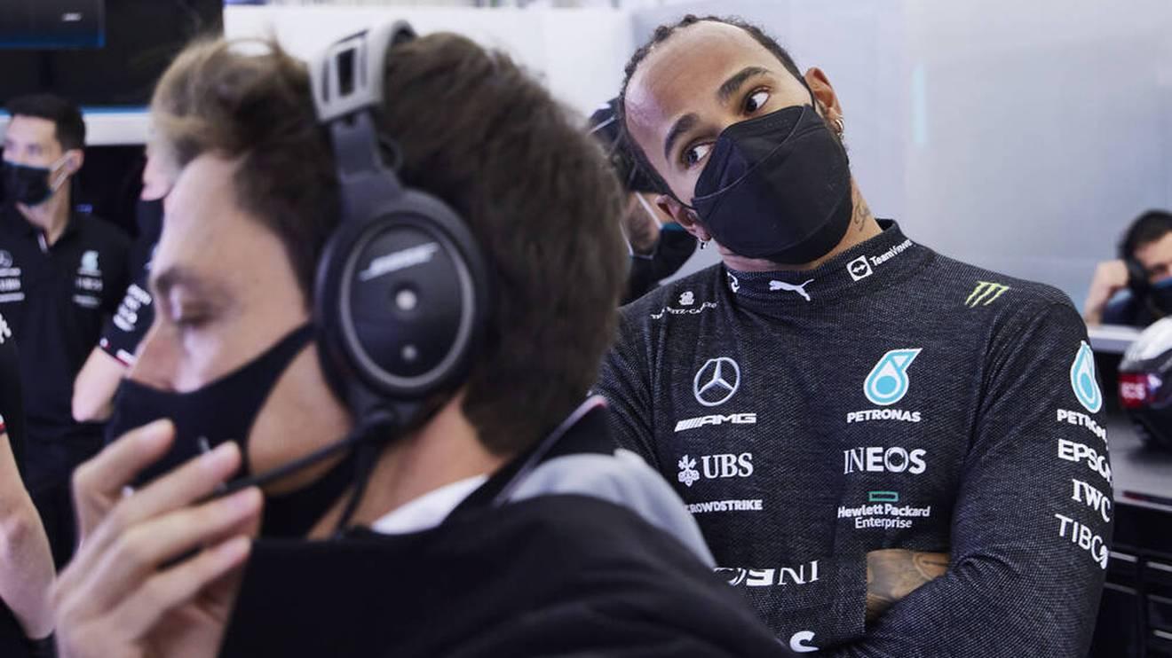 Lewis Hamilton (r.) in der Mercedes-Box mit Toto Wolff