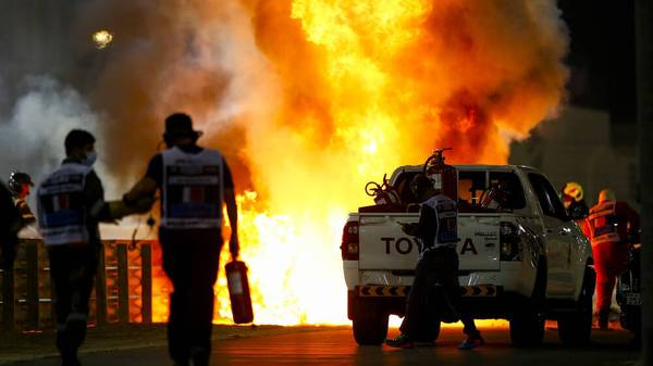 2020 Bahrain GP BAHRAIN INTERNATIONAL CIRCUIT, BAHRAIN - NOVEMBER 29: Fire marshals deal with the flames after a huge crash for Romain Grosjean, Haas VF-20, on the opening lap during the Bahrain GP at Bahrain International Circuit on Sunday November 29, 2020 in Sakhir, Bahrain. (Photo by Andy Hone LAT Images) Images) PUBLICATIONxINxGERxSUIxAUTxHUNxONLY GP2015_151416_ONZ0018