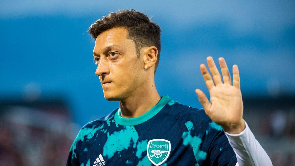 FC ARSENAL:  Um die Zukunft von Mesut Özil rankten sich in letzter Zeit viele Gerüchte - doch nun schaffte Arsenal-Coach Unai Emery Klarheit - zumindest was die gerade begonnene Saison angeht