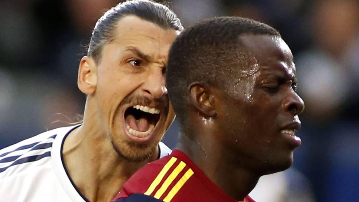 Zlatan Ibrahimovic (l.) geriet im Spiel gegen den New York City FC mit einem Gegenspieler aneinander