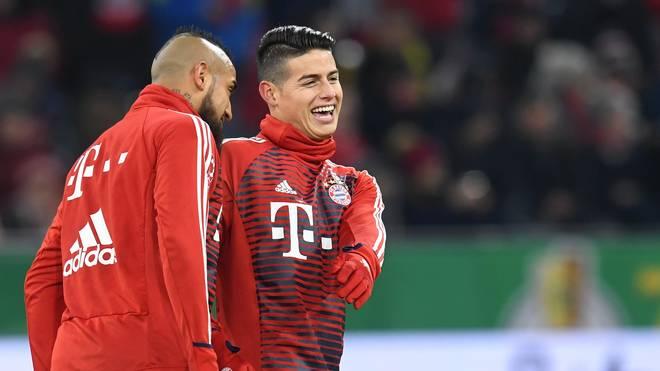 Arturo Vidal (l.) und James Rodríguez spielten in der Saison 2017/18 gemeinsam für den FC Bayern