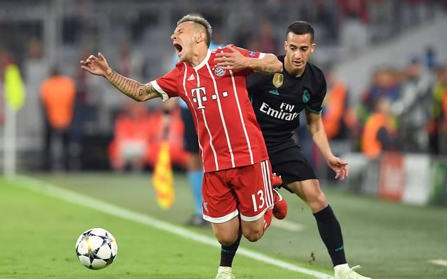 Klassisches Zeitfresser-Beispiel: Rafinha vom FC Bayern wird gefoult, die Partie  unterbrochen, doch die Uhr läuft weiter