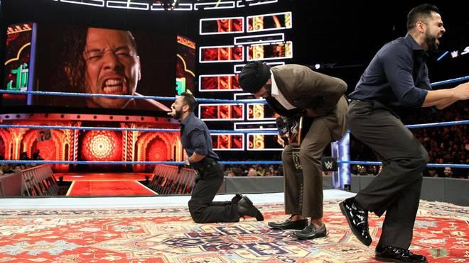 Jinder Mahal (2.v.r.) machte sich bei WWE SmackDown Live mit rassistischen Klischees über Shinsuke Nakamura lustig