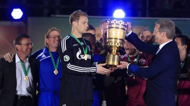 Ralf Rangnick (li.) bei der Übergabe des DFB-Pokals