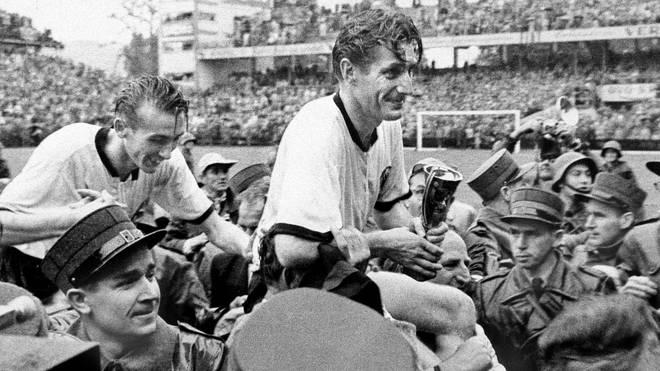 Fritz Walter (r.) wurde 1954 mit Deutschland Weltmeister