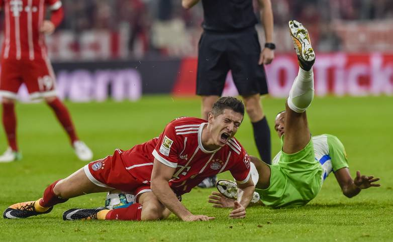 """Grund ist ein zweifelhafter Elfmeter-Pfiff für Robert Lewandowski. Der Pole geht nach einem harmlosen Zweikampf zu Boden. Wolfsburgs Maximilian Arnold spricht später von """"Bayern-Bonus"""""""