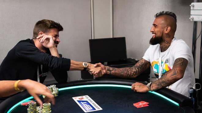 Gerard Piqué (l.) und Arturo Vidal wagten einen Ausflug an den Pokertisch
