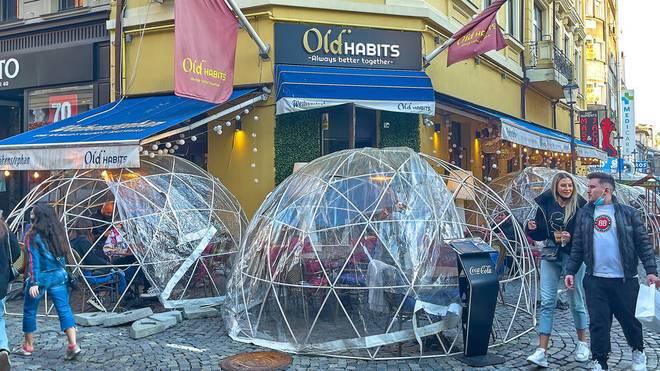 Plastikblasen zum Schutz von Corona gehören in Bukarest aktuell zum Stadtbild