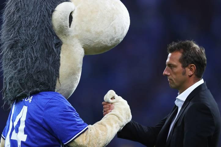 Im hitzigen Revierderby gegen den BVB bildete sich nach Anpfiff eine Traube von Schalkern um Referee Felix Zwayer, darunter Trainer Markus Weinzierl (r.), der auf die Tribüne verwiesen wurde, und auch das Schalker Maskottchen