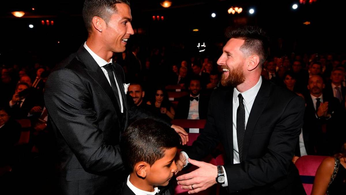 TOPSHOT - Nominees for the Best FIFA football player, Barcelona and Argentina forward Lionel Messi (R) and Real Madrid and Portugal forward Cristiano Ronaldo (L) chat before taking their seats for The Best FIFA Football Awards ceremony, on October 23, 2017 in London. / AFP PHOTO / Ben STANSALL        (Photo credit should read BEN STANSALL/AFP via Getty Images)