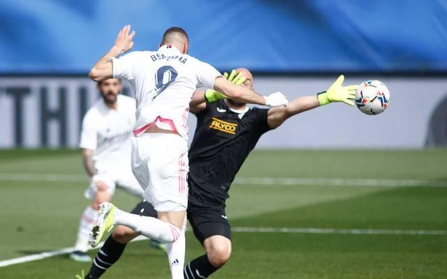Karim Benzema von Real Madrid köpft Richtung Tor