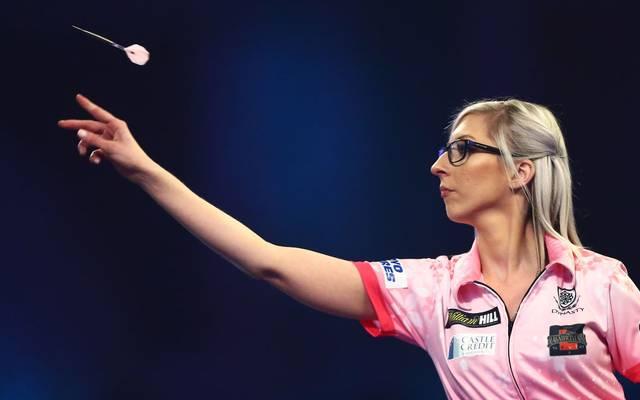 Fallon Sherrock fällt durch ihr pinkes Leibchen und die markante Brille auf