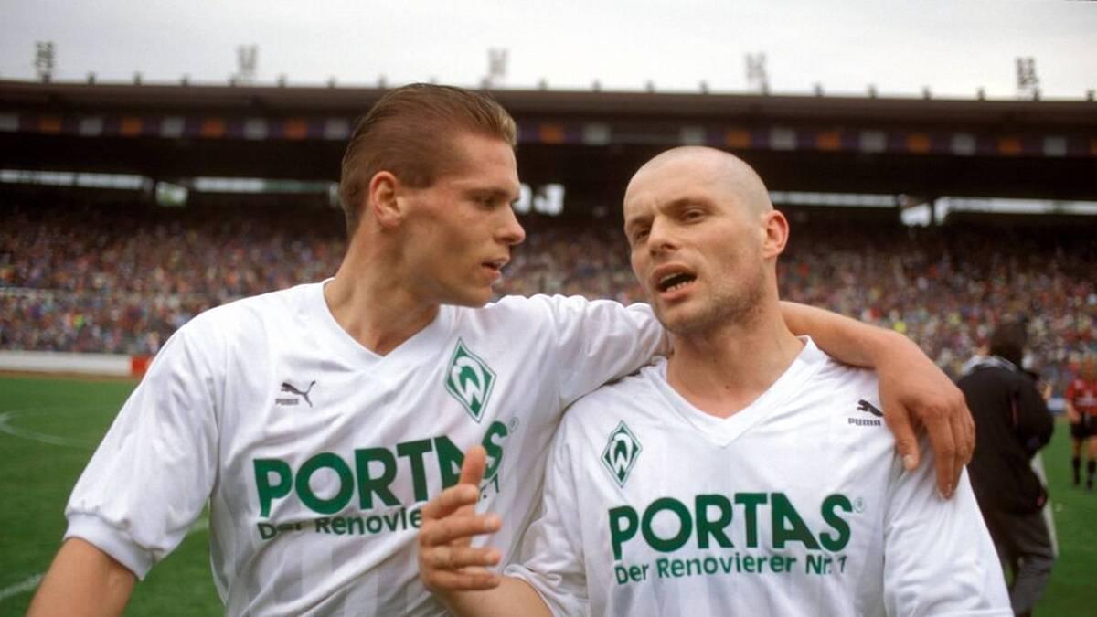 Torsten Legat (li.) und Ulrich Borowka - die bösen Buben des SV Werder Bremen liegen sich nach Spielende in den Armen