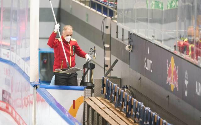 Beim EHC Red Bull München ist Tatortreiniger Peter Anders im Einsatz