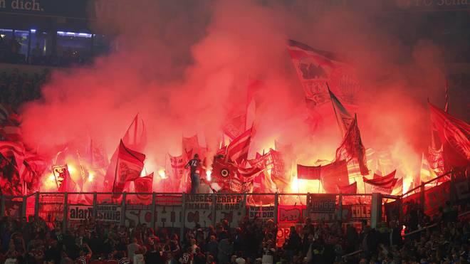 Bundesliga Borussia Dortmund Bayern München Beim Spiel in Dortmund am 11. Spielt wurden mehrere Pyros gezündet und ein Feuerzeug geworfen