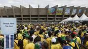 Bereits Stunden vor dem Anpfiff ist das Areal rund um das Stadion voll von Fans der Selecao