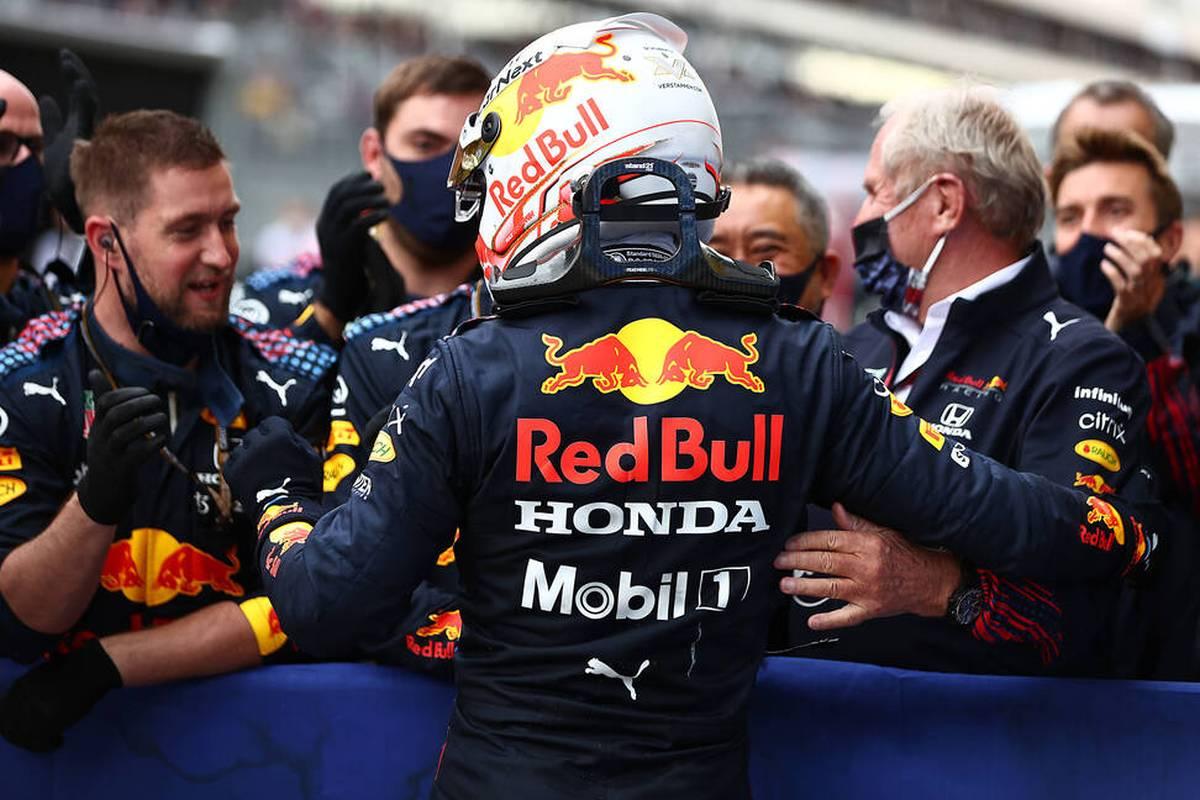Lachende Gesichter bei beiden WM-Rivalen in Sotschi: Lewis Hamilton feiert seinen 100. Sieg, Max Verstappen fährt vom letzten auf den zweiten Platz. Das Duell wird immer heißer.