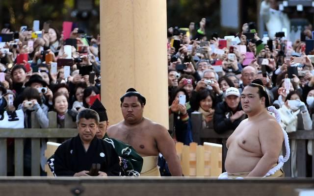 18.000 Japaner verfolgten den Aufstieg Kisenosatos (r.) zum Yokozuna